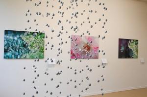 Elämän Helmiä -näyttelyn runot sekä kuvat muodostivat herkän kokonaisuuden. Etualalla työstämäni helmi-kristallimobile, joka osoittautuikin lopulta melkoiseksi urakaksi..