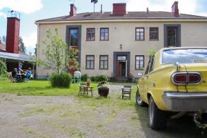 Vanhan kyläkoulun miljöössä on vuodesta 2009 ollut esillä kuvataidetta ja muotoilua.